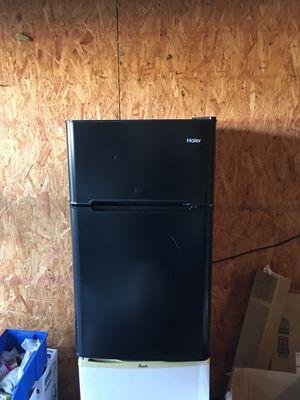 Mini fridge black color Haier for Sale in Alafaya, FL