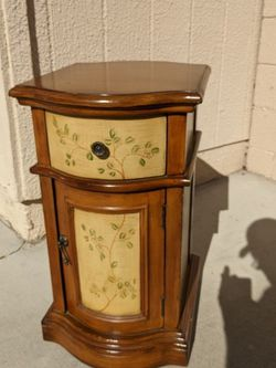 cute end table or side table for Sale in Laguna Hills,  CA