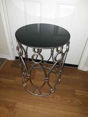 Metal design end table for Sale in Denton, TX