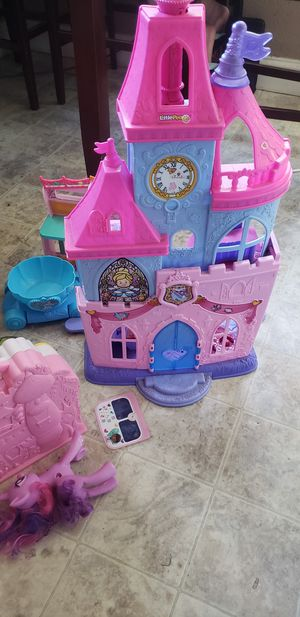 Girls castles, castle doll house,ect.. for Sale in Oakland, CA