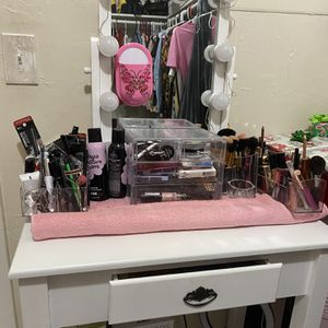 Makeup Vanity Table for Sale in Miami, FL