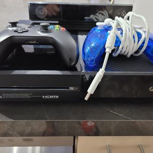 XBOX ONE W/ KINECT SENSOR & CONTROLLERS for Sale in Fort Lauderdale, FL
