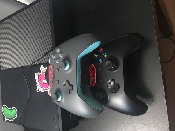 Xbox one 500GB with 2 wireless controllers and 1 wire control with an adapter for headphones, a controller charging station and 1 game (negotiable)