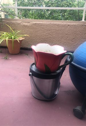 Tulip flower plant pot with water catching dish for Sale in La Mesa, CA
