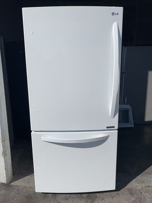 Fully Functional White LG Bottom Freezer Refrigerator with ice maker for Sale in Cerritos, CA