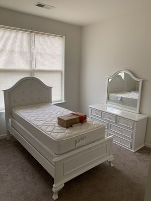Twin Bedroom Set W/Box Spring & Mattress for Sale in EASTAMPTN Township, NJ