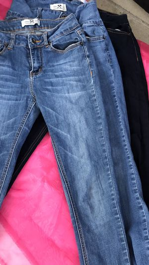 Women's Clothing... Jeans 👖 Size 5. Only Have 3 Available for Sale in South Gate, CA