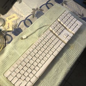 APPLE PRO KEYBOARD WIRED LIKE NEW for Sale in Los Angeles, CA