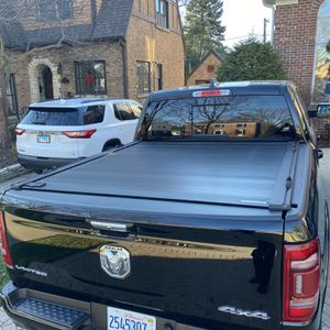 Truck Bed Cover And Rack - RetraxOne / Yakima for Sale in Elmhurst, IL