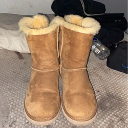 Ugg's Bailey Bow 2 Women Size 7 for Sale in Las Vegas,  NV