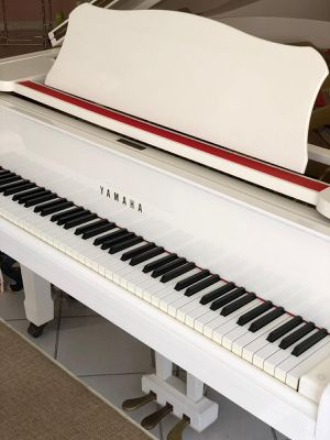 Beautiful white baby grand piano! Just in time for X-mas. G1 series. Mint condition. for Sale in Miami, FL