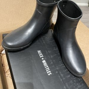 Alice & whittles Rain Boots Size 8 Brand New for Sale in Austin, TX