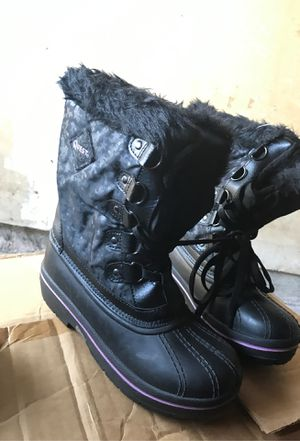 Girls New black snow boots size 5 for Sale in Houston, TX