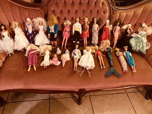 Vintage Lot of 25 Barbie Dolls with more than 100 pieces of clothes and more than 100 accessories for Sale in Palmdale, CA
