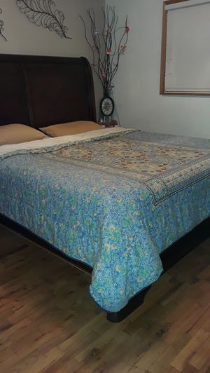 KING SIZE BED FRAME STRONG for Sale in Bellevue, WA