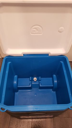 52qt cooler with 4 cup holders for Sale in Chicago, IL