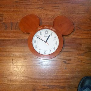VINTAGE DISNEY MICKEY EARS QUARTZ CLOCK 2000 for Sale in West Haven, CT