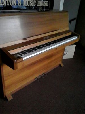 Upright piano great condition. piano store gone out of bussinrss for Sale in Tacoma, WA
