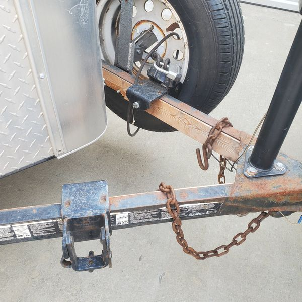 Trailer hidge with stable arm
