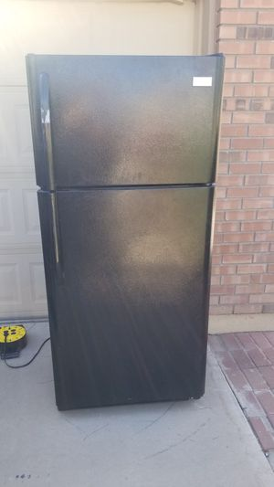 Frigidaire 18-cu ft Top-Freezer Refrigerator (Black) COLD on wheels great for any use beer, drinks, garage, kitchen, 2nd storage fridge for Sale in Chandler, AZ