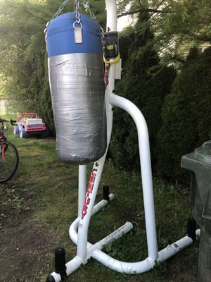 Punching bag w/ stand for Sale in CARPENTERSVLE, IL