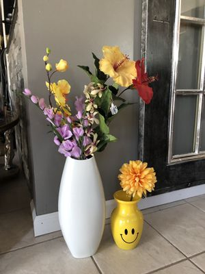 Flower vases with faux flowers for Sale in Clinton Township, MI
