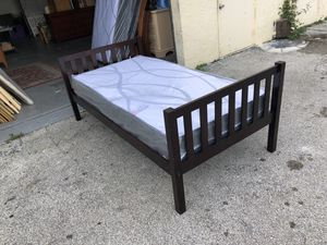 Twin bed with new mattress. Cama twin con colchón nuevo. for Sale in Hialeah, FL