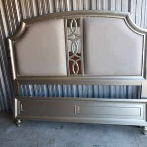King Headboard & Footboard. for Sale in Allen Park, MI