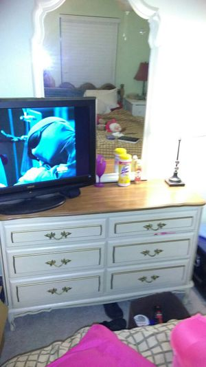 Dresser with mirror and end table for Sale in Lake Wales, FL