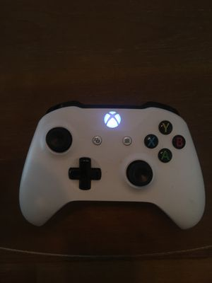 Xbox one white wireless controller with battery pack for Sale in Visalia, CA