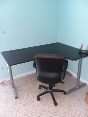 NICE CORNER DESK LIKE NEW! for Sale in Saint Petersburg, FL