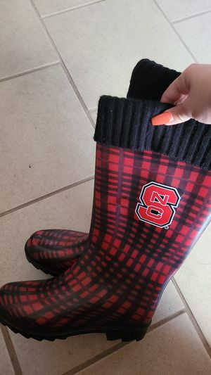 Rain boots fits 6 or 7 for Sale in San Diego, CA