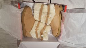 GUESS Womens size 7M Aussie Faux Fur Ankle Boots Shoes, lovely design. Light Brown Only wore during Christmas week for Sale in Long Beach, CA