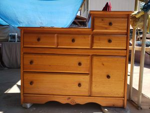 6 drawer dresser. Has drawer with shelf. Solid wood. Comoda de madera de 6 cajones for Sale in Perris, CA