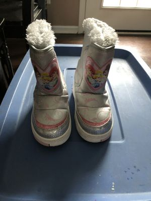 Girls princess snow boots size 9/10 for Sale in Sanford, NC