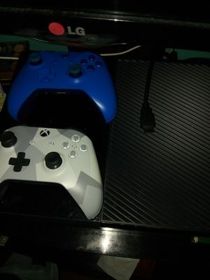Xbox one w/ 2 controllers for Sale in Arlington Heights, IL