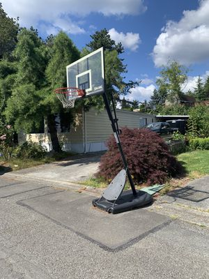 10ft adjustable basketball hoop for Sale in Bothell, WA