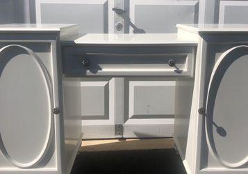 White Wooden Desk for Sale in Leesburg,  VA