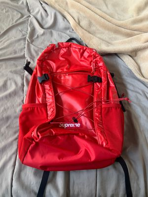 Real fw17 red supreme bag goes for $275-$300 for Sale in Salem, OR
