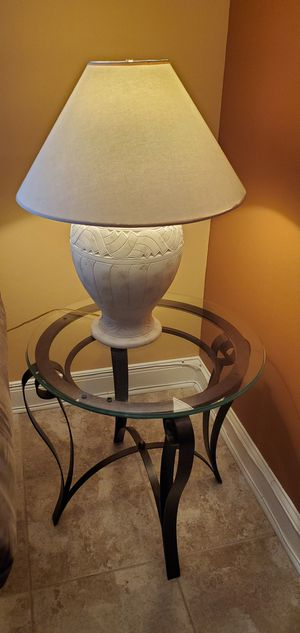 End table with 2 lamps for Sale in Dania Beach, FL