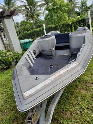 18 ft Bayliner boat for Sale in LAUD LAKES, FL