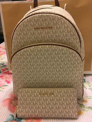 New Authentic Michael Kors Large Backpack and Large Wristlet Wallet Set for Sale in Bellflower, CA