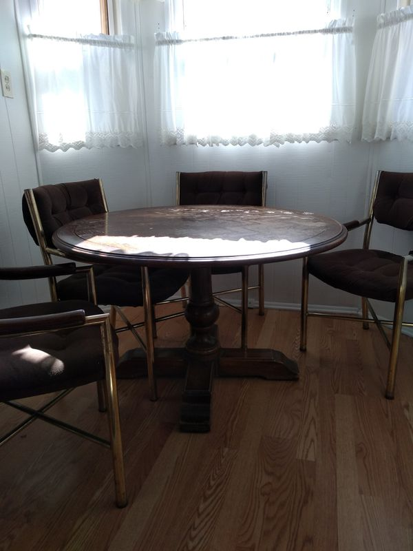 Kitchenette/Game Table and chairs