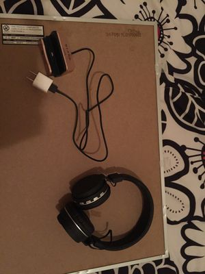 iPhone stand charger/lightning stand AND WIRELESS HEADPHONES for Sale in Sachse, TX