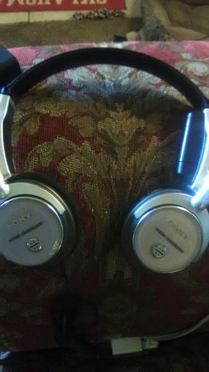 SONY NOISE CANCELING HEADPHONES. for Sale in Tulsa, OK
