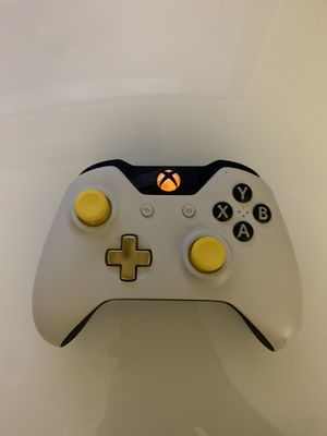 Xbox one controller gold for Sale in Bakersfield, CA