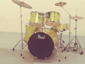 PEARL DRUM SET. GREAT CONDITION. INCLUDING ALL CYMBALS, STANDS AND HARDWARE. for Sale in Baltimore, MD