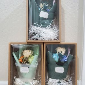 bouquet 💐 with 3 roses for Sale in Glendale, AZ