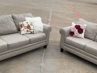 Delivery - amazing Rooms to go cream color couch sofa loveseat 2pcs for Sale in Burleson,  TX