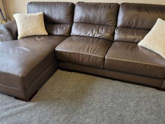 Great Brown Leather Sectional Couch for Sale in Issaquah,  WA
